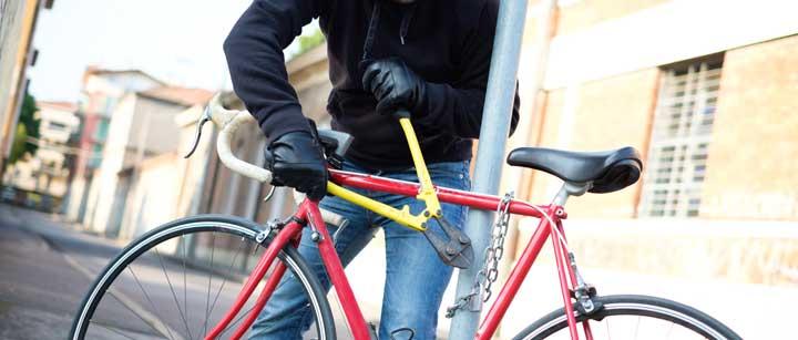fietsendief steelt fiets