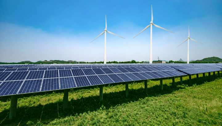 windturbines en zonnepark